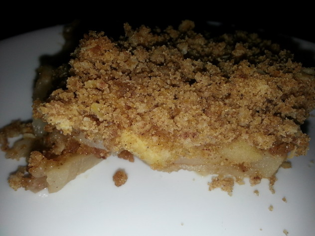 Apples topped with a streusel topping ot make a delicious crisp.