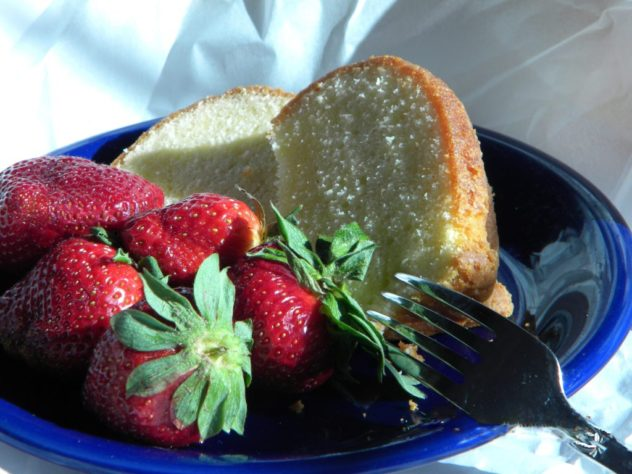 Memes-Pound-Cake-with-Strawberries